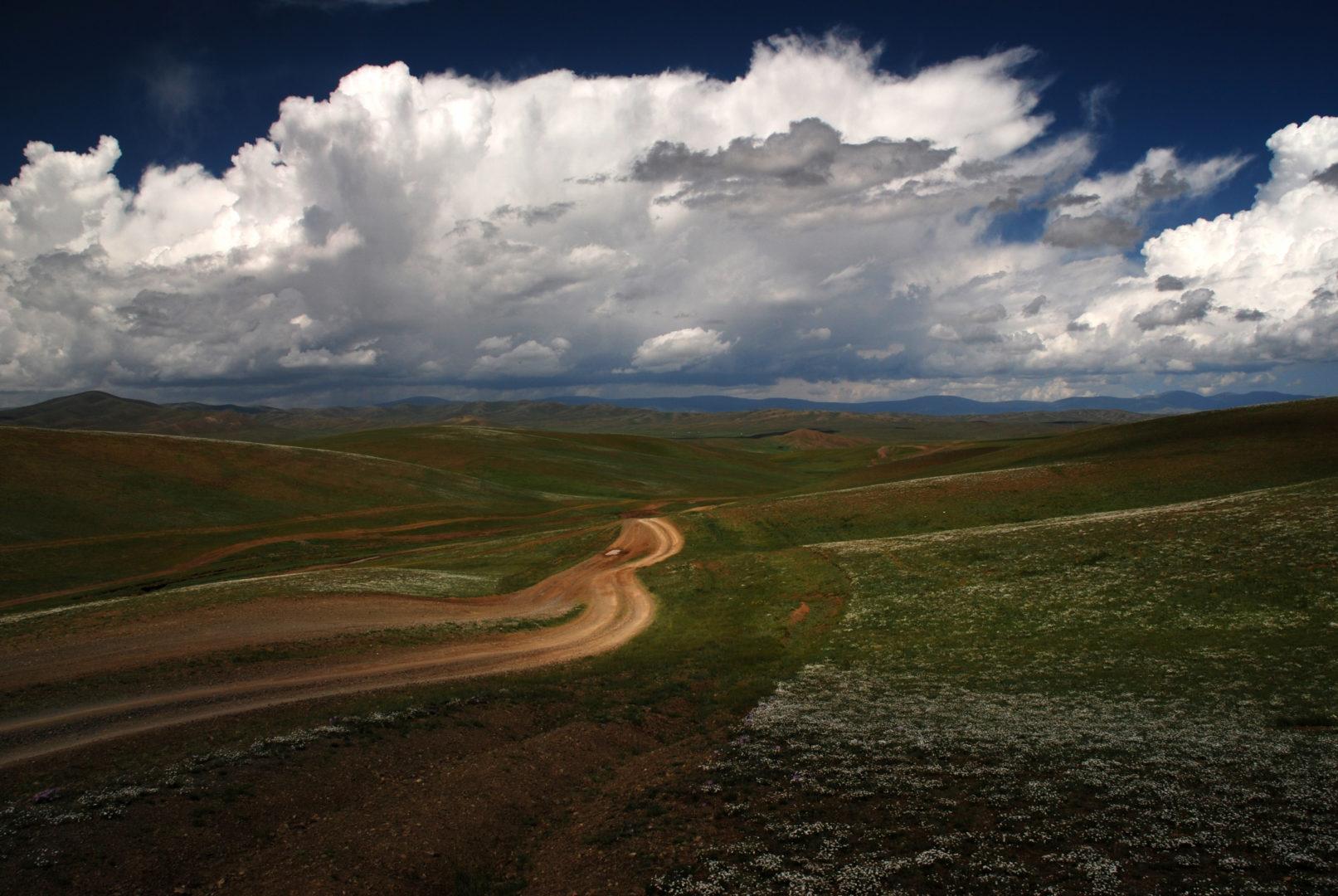 Endlose Steppe, vereint mit dem Himmel