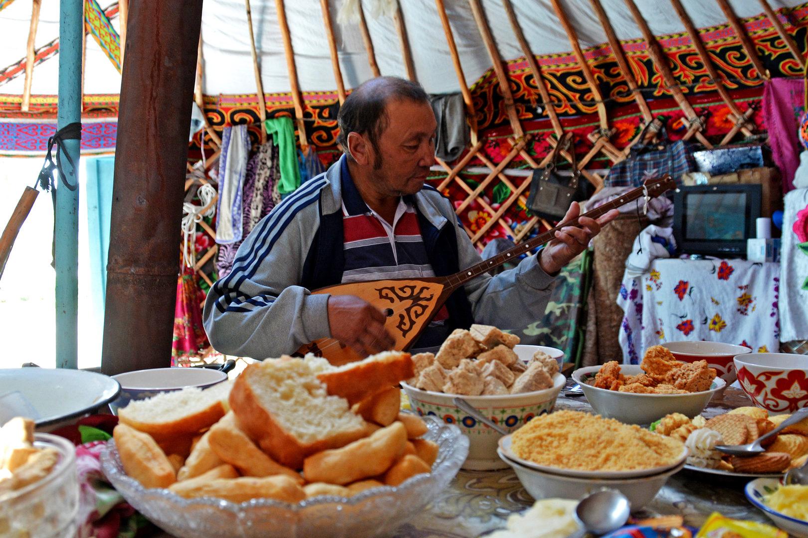 Mongolei-Reise: Kasachischer Nomade in seiner Jurte