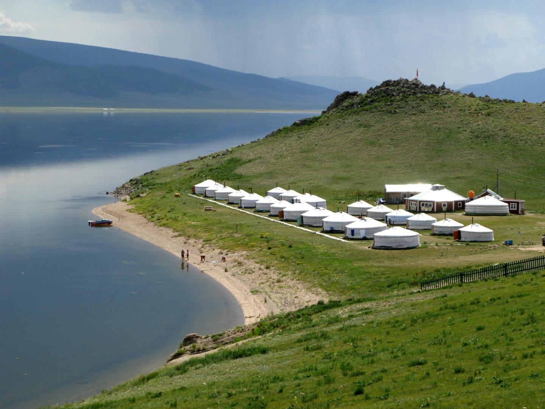 Jurtencamp am Seeufer